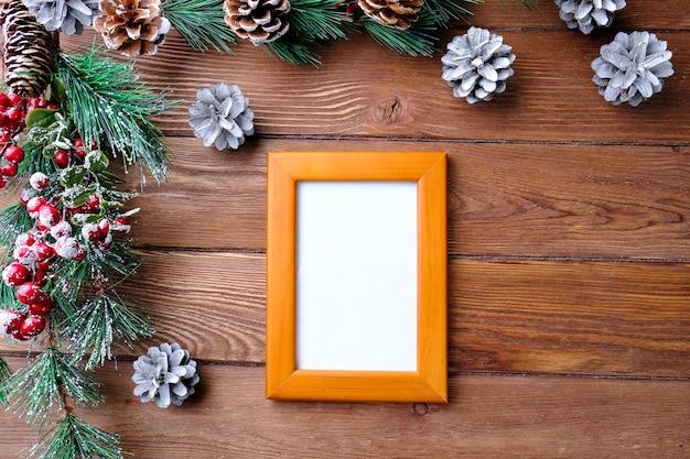 나무 테이블에 사진 프레임 및 전나무 지점. 새 해와 크리스마스 개념.