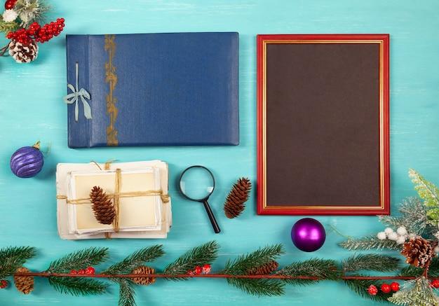 스택, 크리스마스 장난감 및 푸른 나무 테이블에 나무, 평면 누워 사진 프레임 및 오래된 사진,