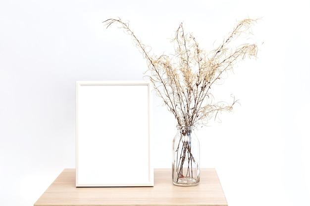 Фоторамка в минималистичном интерьере с букетом пампасных трав