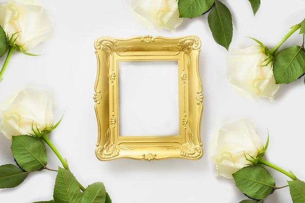 Фоторамка макет золотая рамка с копией пространства, украшенная белыми розами