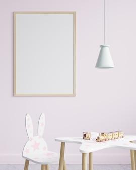 교수형 램프, 작은 의자 및 장난감 기차가있는 테이블이있는 어린이 방의 분홍색 벽에 액자
