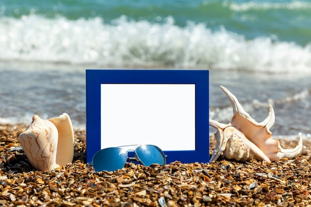 해변에서 사진 프레임, 해변에서 사진 촬영, 바다 포탄, 해변 휴가, 해변 자갈, 그림, 틀, 해변, 사진, 색안경, 반사, 배경, 모래, 흑해, 여름