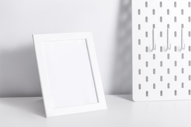 흰색 테이블에 사진 프레임