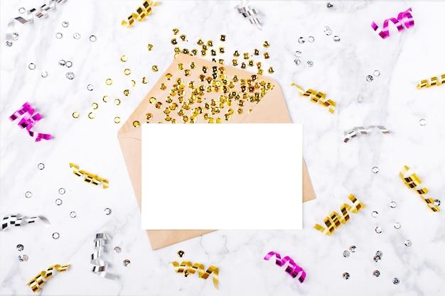 Фоторамка или подарочная карта с золотыми змеевиками. шаблон макета. вид сверху