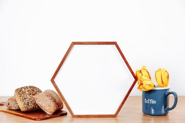 Cornici fotografiche con panini sul tavolo
