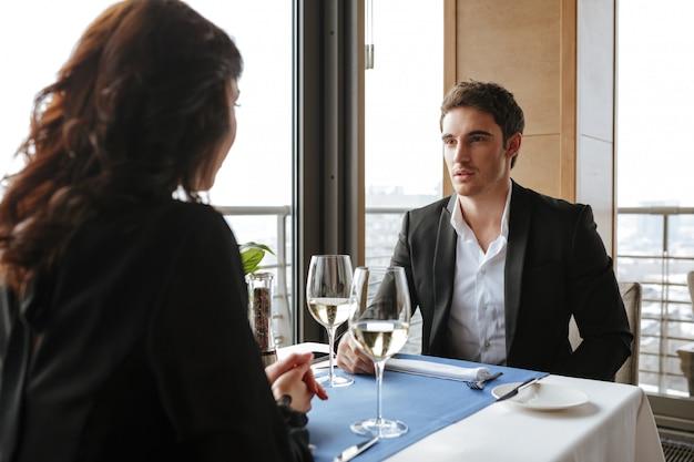 Фото со спины женщины с мужчиной в ресторане