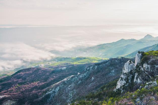 アイペトリ山と美しい地平線の頂上からの写真