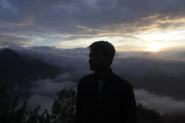 친구와 함께 산에 오르는 사진