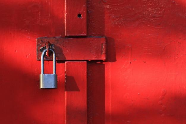 ロックダウンの写真イラスト、つまり南京錠がロックされたドア