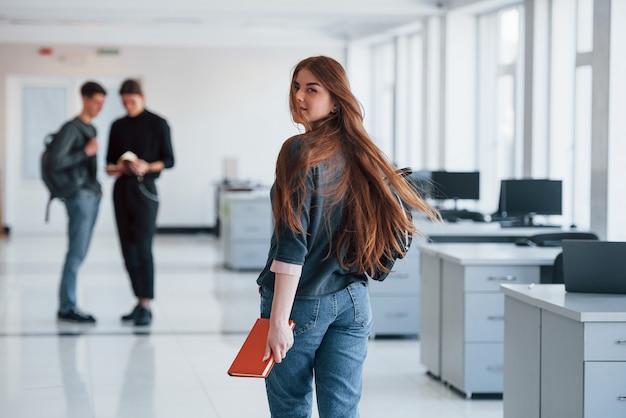 모션 사진. 휴식 시간에 사무실에서 걷는 젊은 사람들의 그룹입니다.