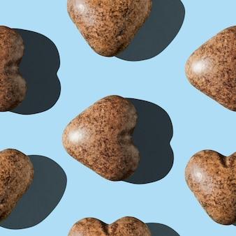 짙은 갈색의 심장 모양에 매끄러운 패턴의 초콜릿 진저브레드 형태의 사진