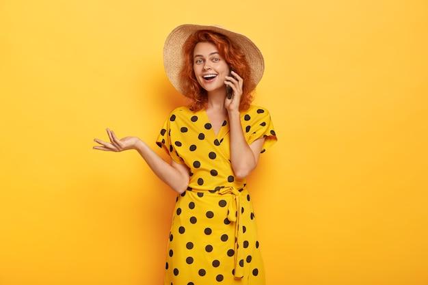 Foto di bella donna sorridente in abbigliamento alla moda