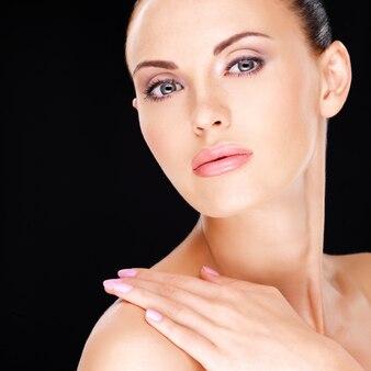 신선한 피부를 가진 성인 예쁜 여자의 아름다운 얼굴의 사진-검정 배경 위에