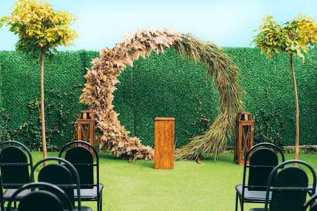 植物や木々と美しい結婚式の装飾の写真