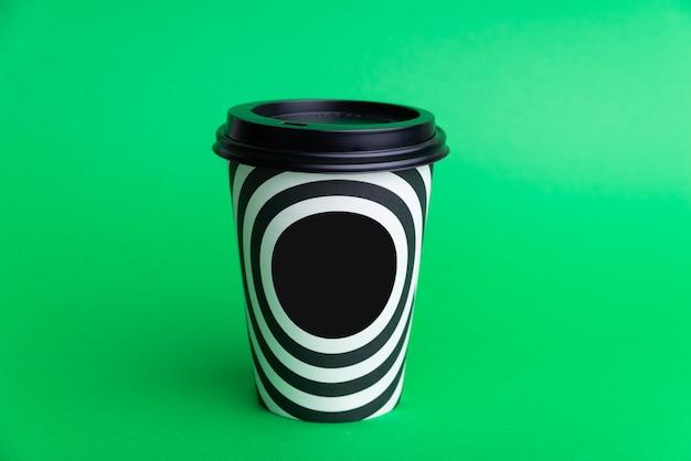 ブラックホワイトの写真はグリーンのカップを奪う