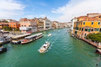 市内の運河の写真