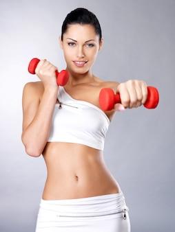 Фото молодой женщины здоровой тренировки с гантелями. концепция здорового образа жизни.