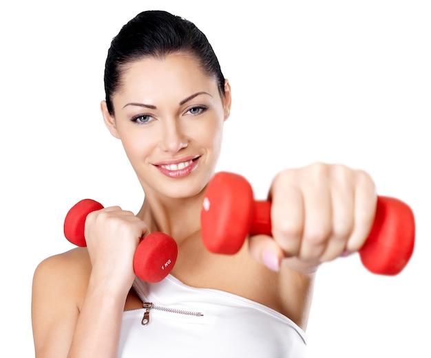 ダンベルで健康的なトレーニングの若い女性の写真。健康的なライフスタイルのコンセプト。