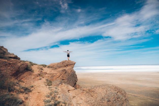 거리를 살펴보고 바위에 남자의 사진.