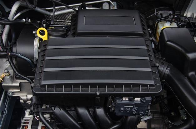 Фото двигателя новой машины в пластиковом кожухе