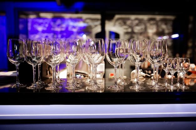 나이트클럽 와인잔이 형광색으로 바에 서 있는 사진