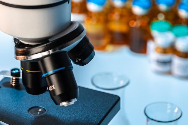 Фото объектива профессионального микроскопа в лаборатории крупным планом