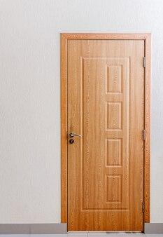 部屋、オフィスのシンプルな木製ドアの写真