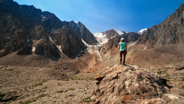 알타이 산맥 볼쇼이 악트루 빙하에서 관광 소녀의 사진