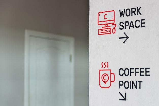 スタッフ向けの情報が記載されたオフィスの壁のレタリングの写真