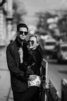 にぎやかな街の通りに若い美しいカップルの写真