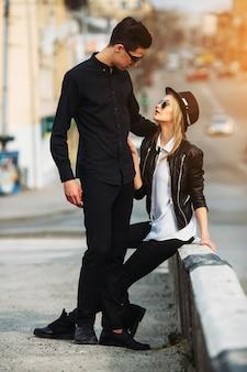 街の通りの若い美しいカップルの写真