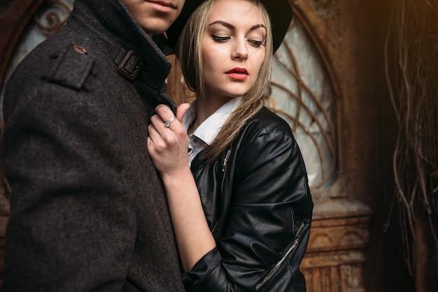 近い角度で若い美しいカップルの写真