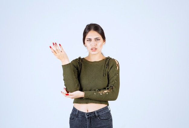 Фотография молодой милой модели женщины, имеющей несогласие