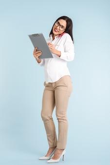 젊은 임신 비즈니스 여자의 사진 격리 된 지주 클립 보드 휴대 전화로 얘기.
