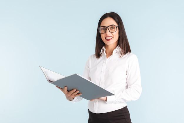 Фото молодой беременной деловой женщины изолировало папку холдинга.