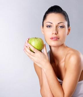 녹색 사과와 젊은 여자의 사진입니다. 건강한 먹는 개념.
