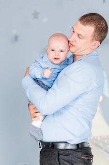 Фото очаровательного мальчика плачет, а папа его успокаивает