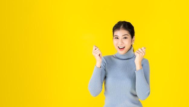광고 콘셉트 사진 아시아 여성은 좋아 보인다, 긍정적 인 생각 제스처를 보이고있다