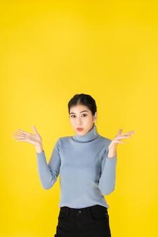 광고 컨셉 사진 아시아 여성은 좋아 보이고 긍정적 인 생각