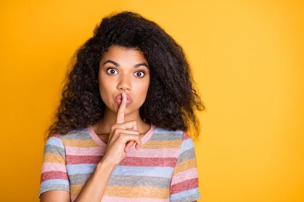Фотография афро-американской девушки, показывающей знак тсс