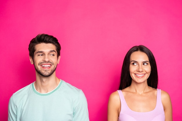 놀라운 커플 남자와 여자의 사진 측면 유치 분위기를 찾고 미친 비밀 착용 캐주얼 의류 격리 생생한 핑크 색상 배경 알고