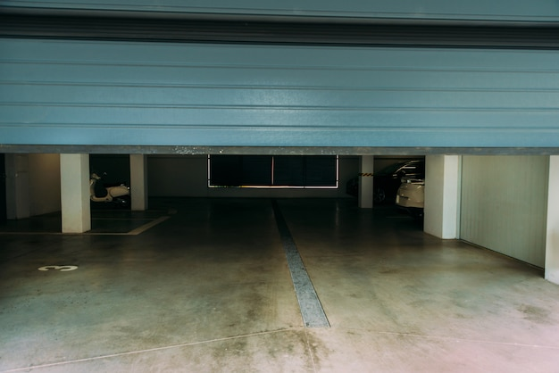 ガレージの自動閉鎖青いpvcドアの写真。