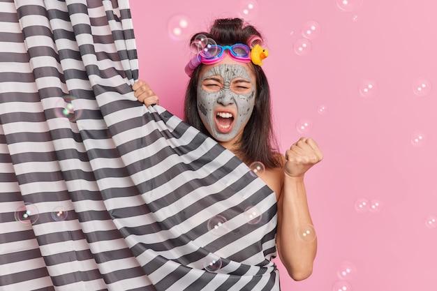 화가 난 아시아 여자의 사진은 주먹을 움켜 쥐고 화가 나서 비명을 지른다