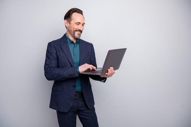 보고서 이메일을 읽고 노트북을 들고 매력적인 비즈니스 남자의 사진