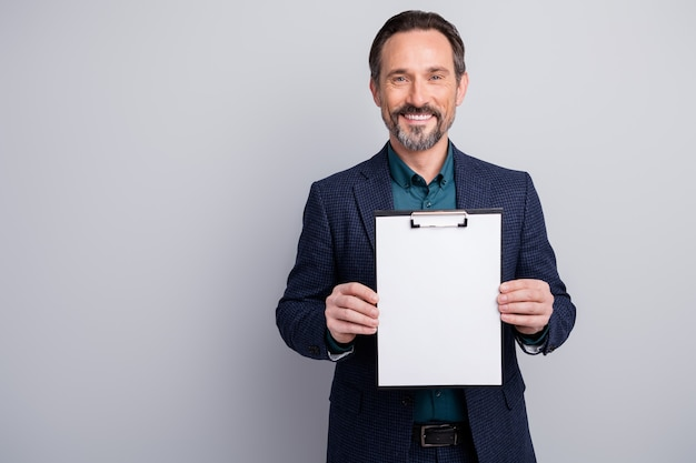계약 클립 보드 빈 자리를 보여주는 매력적인 비즈니스 관리자 남자의 사진