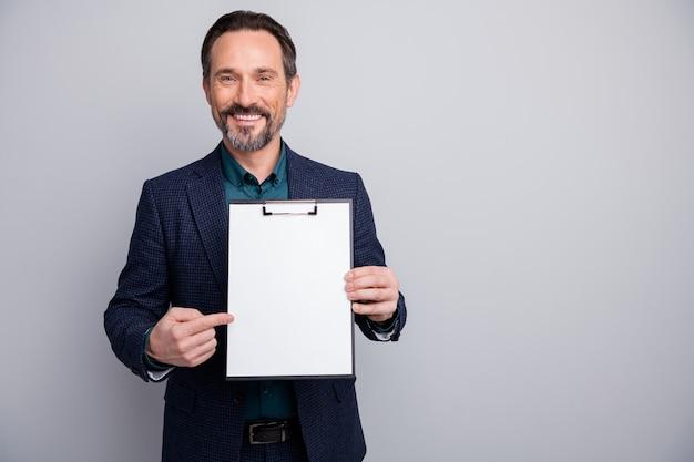 빈 공간을 나타내는 계약을 보여주는 매력적인 비즈니스 관리자 남자의 사진