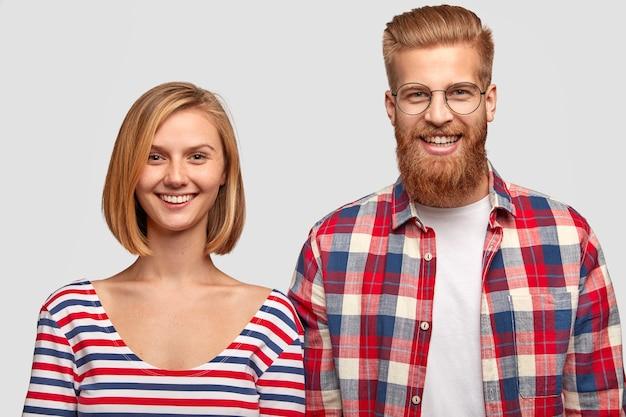 Фотография привлекательной влюбленной пары улыбаются положительно