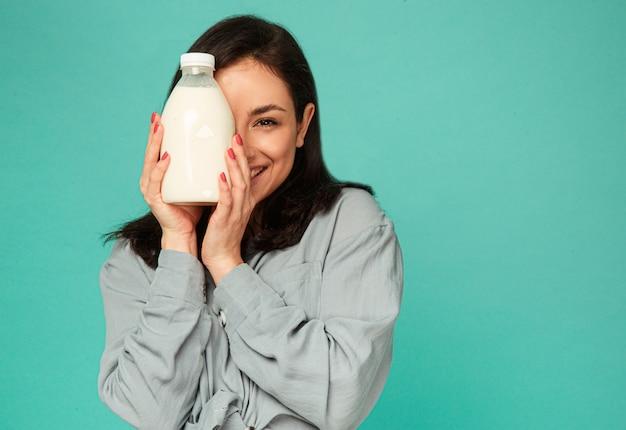 魅力的な女性の写真は、ミルク、乳製品のブートルで表向きにカバーしています