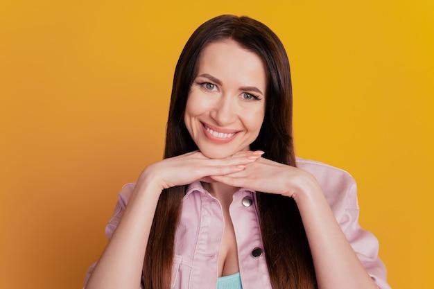 Фото привлекательной дамы демонстрируют белую зубастую улыбку на желтом фоне