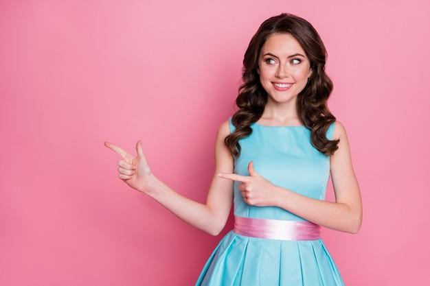 Фотография привлекательной дамы гламурный взгляд прямой палец сторона пустое пространство удивительная распродажа баннер реклама